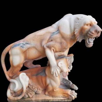 Scultura in marmo di leonessa con il suo cucciolo di leone