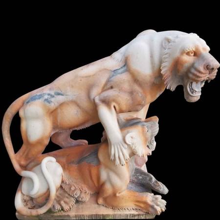 Leeuwin marmeren sculptuur met zijn leeuwenwelp