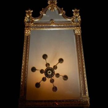 Espejo estilo Luis XV de madera dorada con pan de oro.