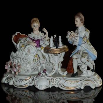 un buen grupo de porcelana italiana de Capo Di Monte titulado (el juego de ajedrez) anno 1925