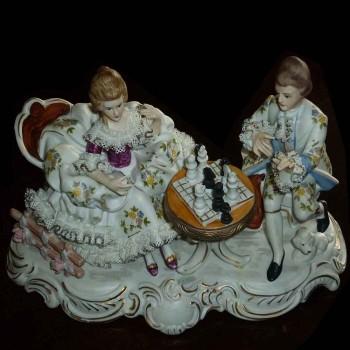 fijne Italiaanse porselein groep uit Capo Di Monte getiteld (het schaakspel) anno 1925