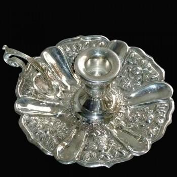 Candelero de plata maciza de la mano