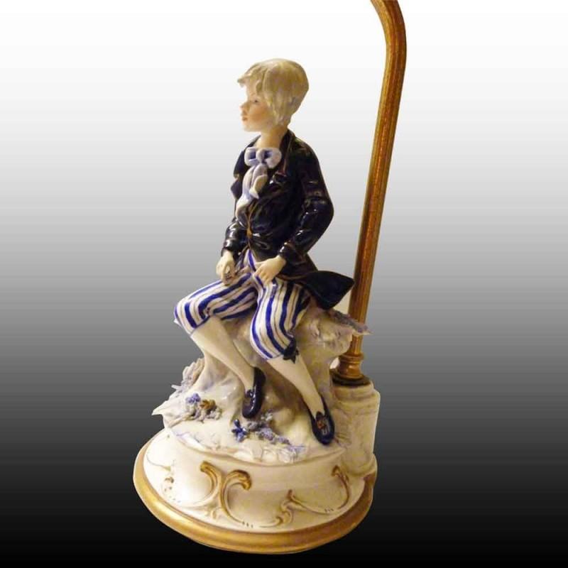 Capodimonte-porcelaine     lampe romantique finement travaillee dans le detail (Marquis)objet de vitrine