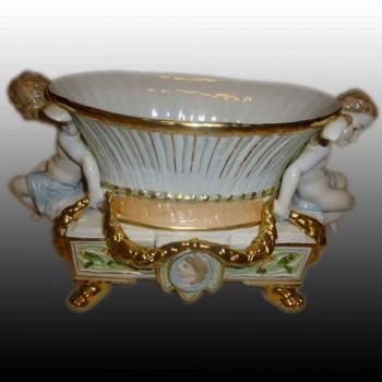 Jardinière putti  en porcelaine fine marquée aux deux épées R.B.