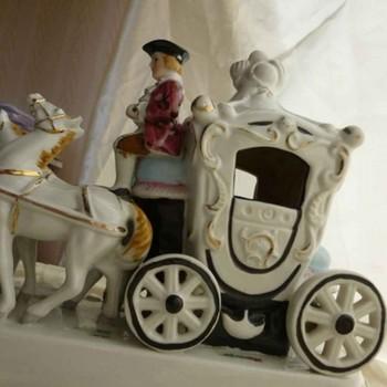 Ludwigsburg-porselein Duitse gemarkeerd coach gouden kroon gesloten groepsobject voor 18e eeuw showcase