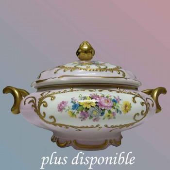 Limoge-Daniel Moreaux-soupiere-legumier en porcelaine au joli decor floral entoure de galon peint a l'or