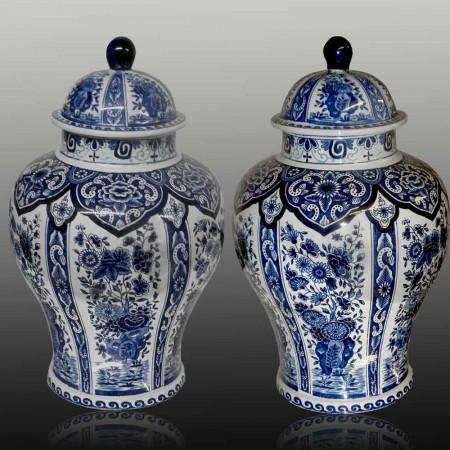 Par de jarrones grandes cubiertos del siglo XIX de Boch-Delft