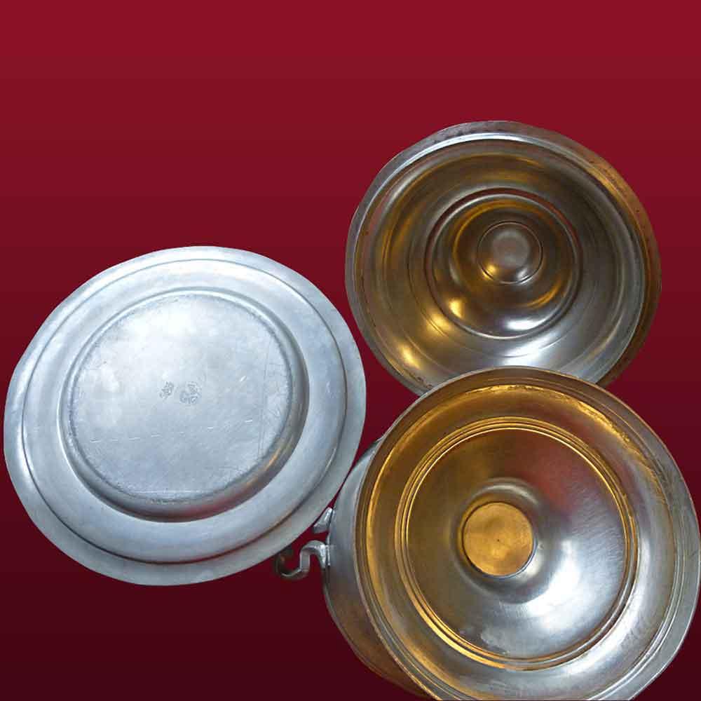 Soupiere-Bouillon et son plat en etain XVIII siecle