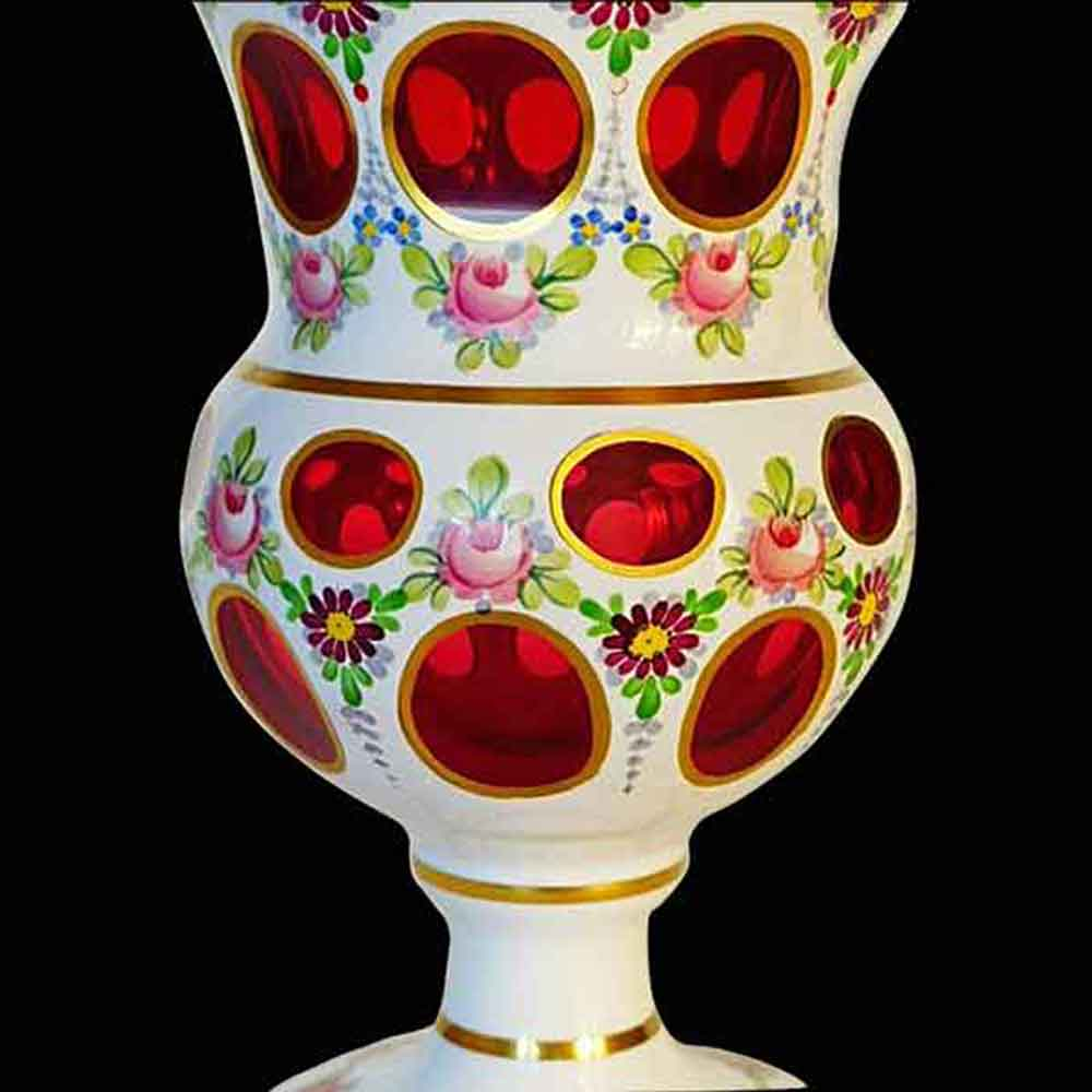 Vase Medicis en cristal de Boheme overlay d-opaline 1900 th